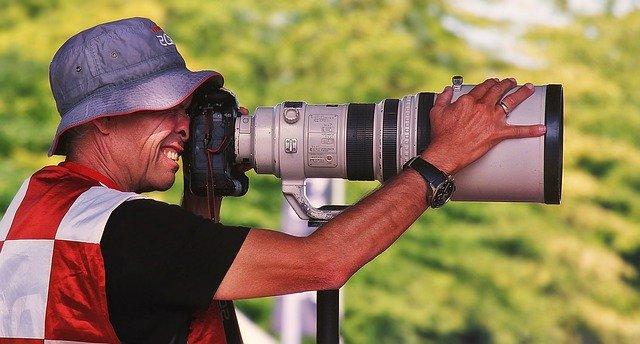 hombre con cámara de fotos
