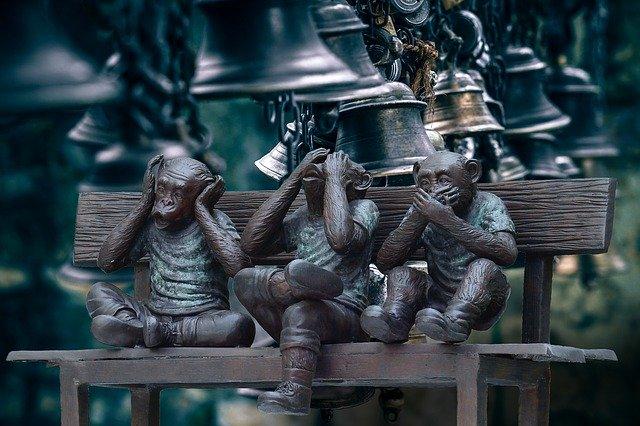 tres monos y campanas
