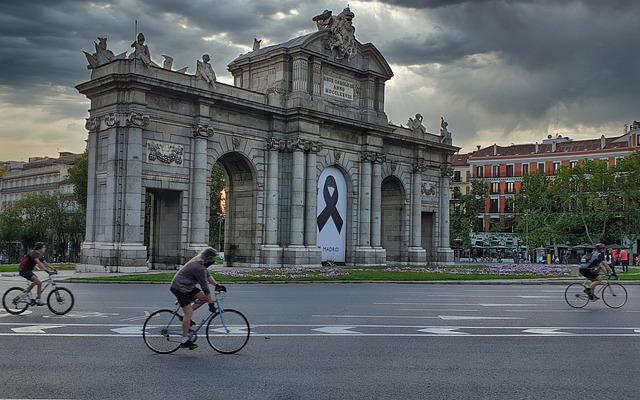 Puerta del Sol de Madrid y personas en bici
