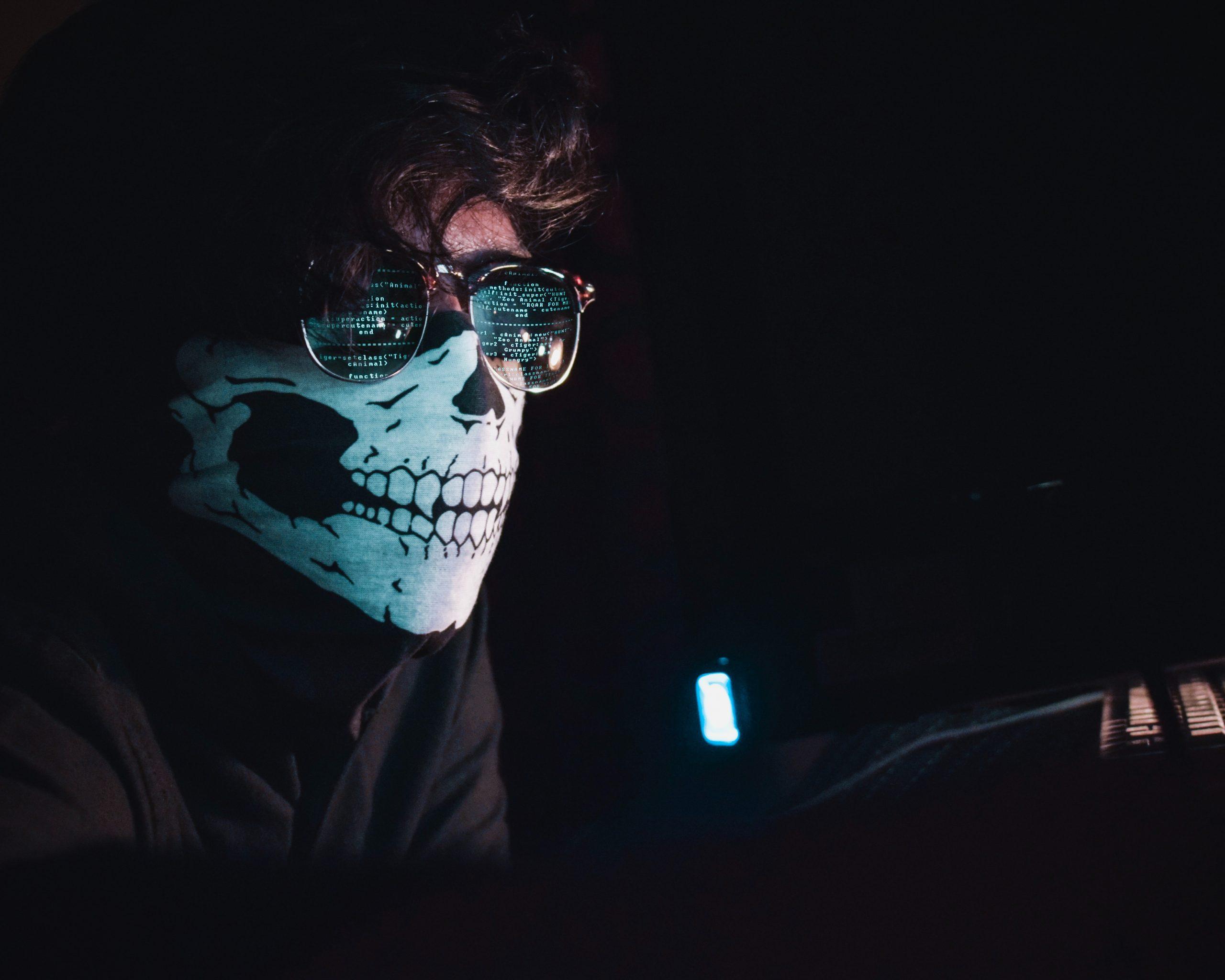 hombre con mascara y gafas de sol