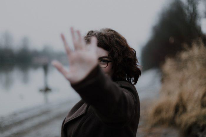 mujer tapándose la cara